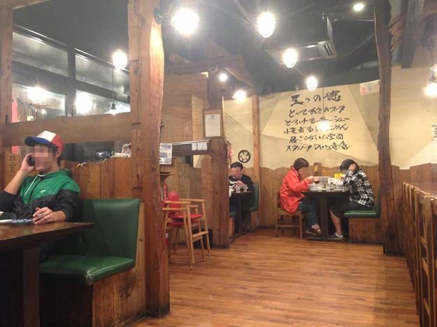 店内は木造りの親しみやすい雰囲気
