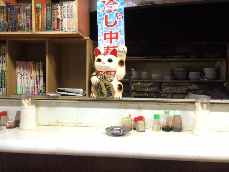 カウンターに鎮座し、お店を見守る招き猫