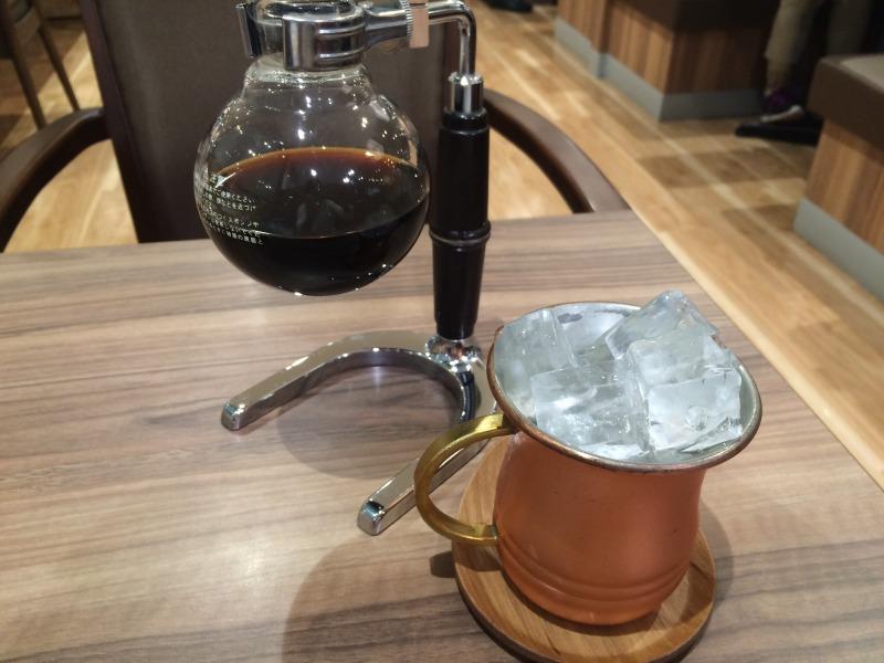 サイフォンに入ったホットコーヒーと氷