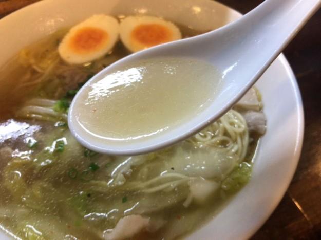 透明で純度の高い白醤油ベースのスープ