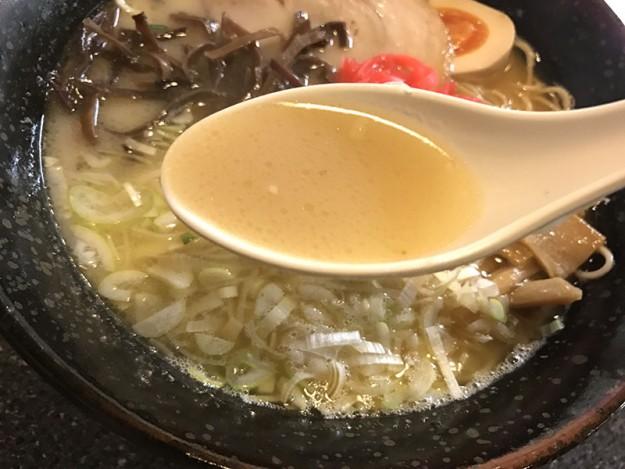 やや褐色の強い白濁スープ