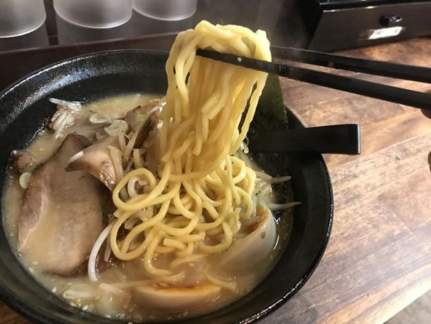 黄色味がかった太麺なんですが