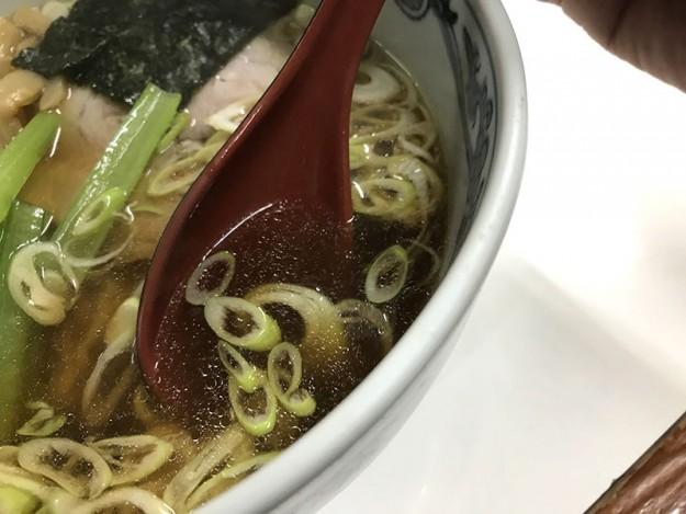 程よい褐色、透明度の高いスープ