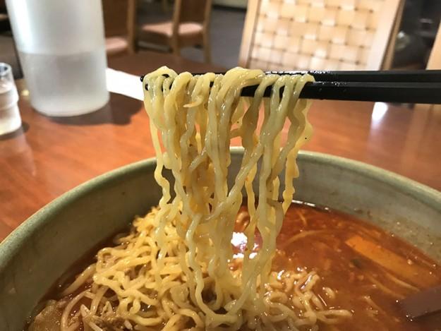 麺は一般的な細ちぢれ