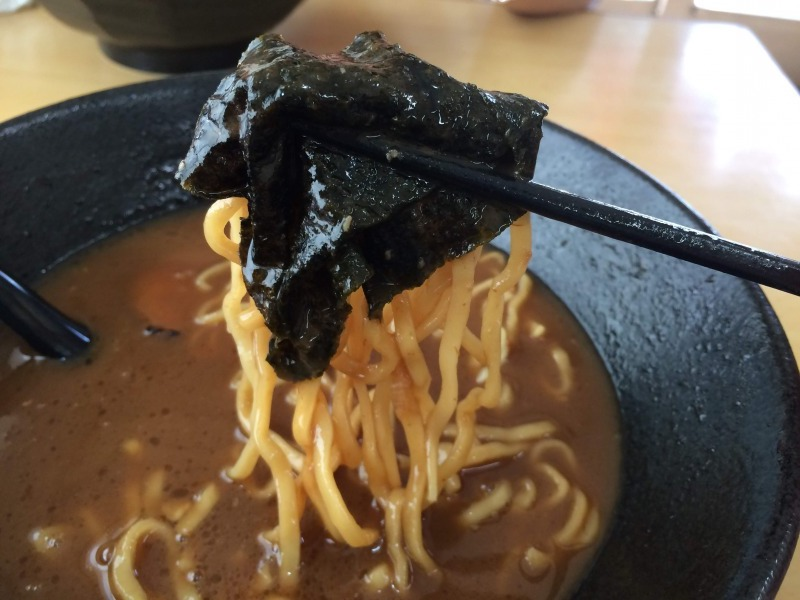 海苔で麺を包み食す