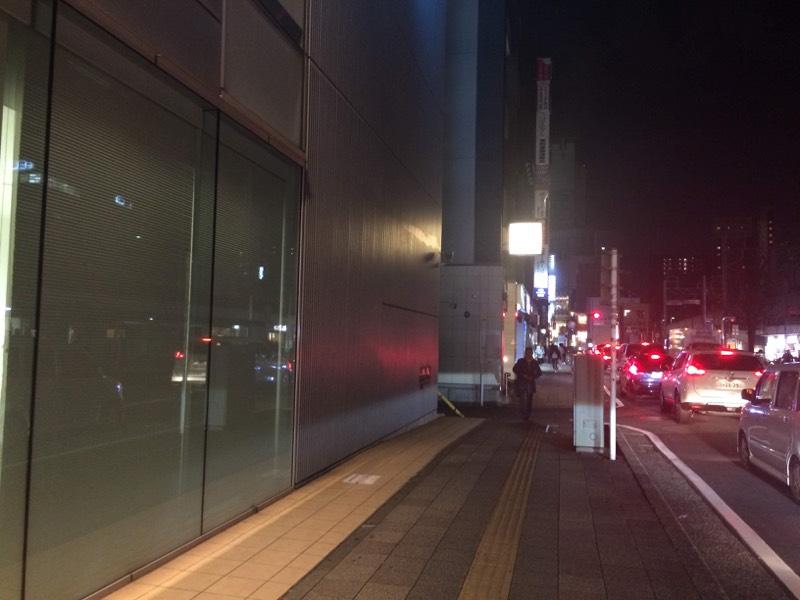 さらに進む。正面に見える光り輝く看板は「月の坊」という和風居酒屋さんの看板です