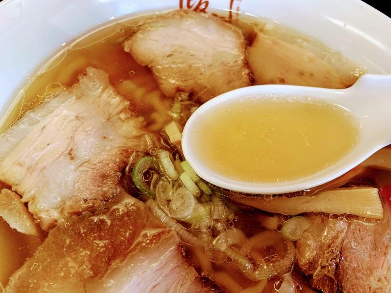 豚骨の旨味だけをじっくり炊き出したあっさりスープ