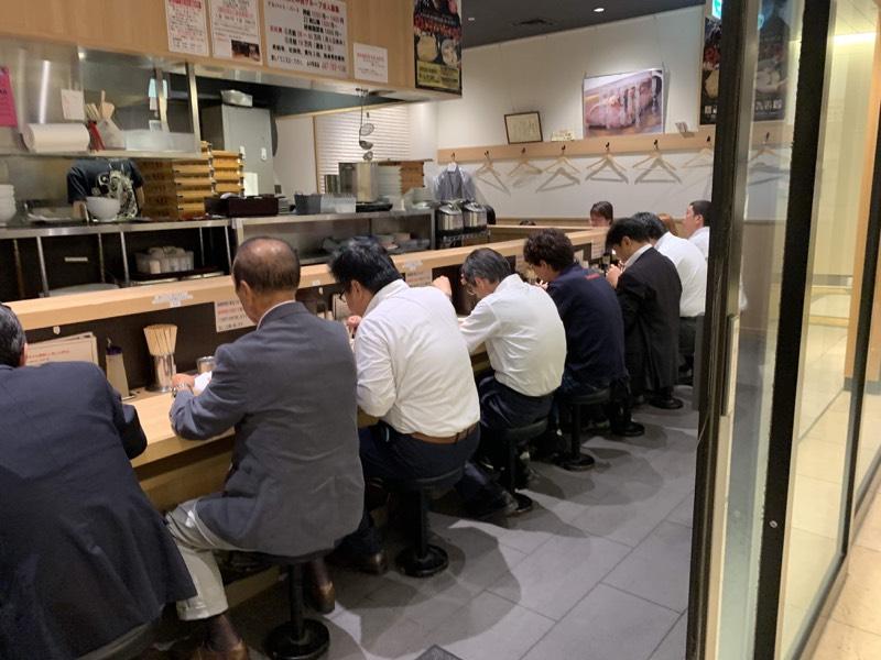 店内のご様子。皆さん黙々と麺をすすってます♪
