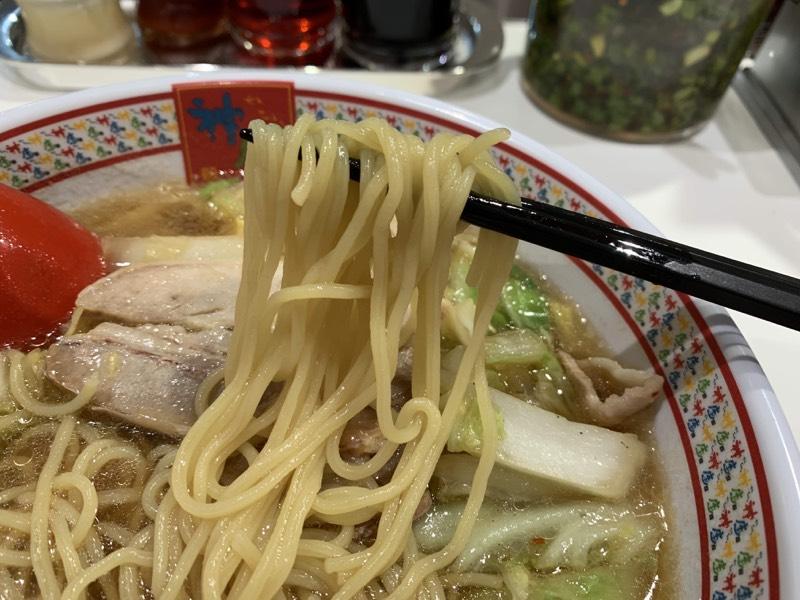 ストレートな麺は風味よくのど越しよく、スープに最強に合う!