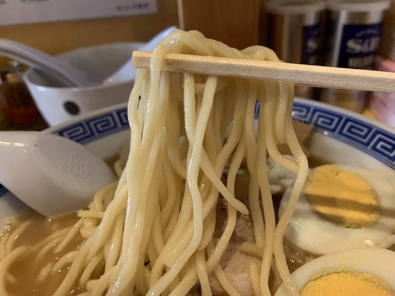 口当たりがつるりとしたストレートな中太麺は大勝軒ならでは