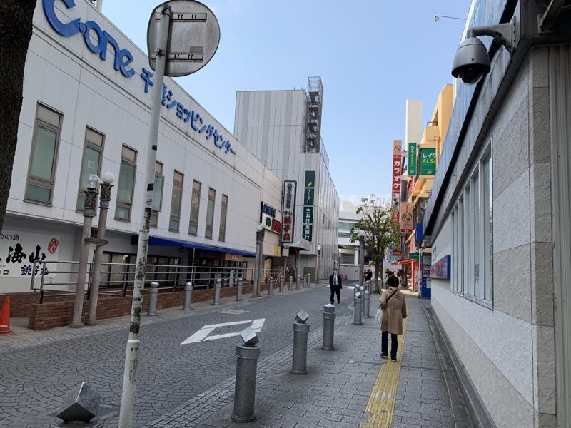 千葉駅近くの通り。いつもは賑わっていますが…