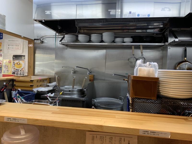 カウンター越しから厨房を望む