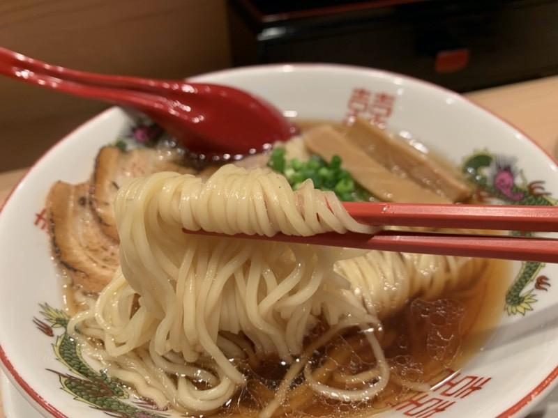 折りたたむように盛り付けられた麺に箸を入れ