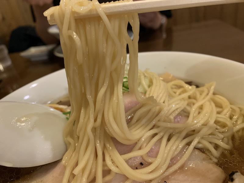 一糸乱れぬ麺同士が協調し合って、スープをピタリと吸い寄せてきますよ
