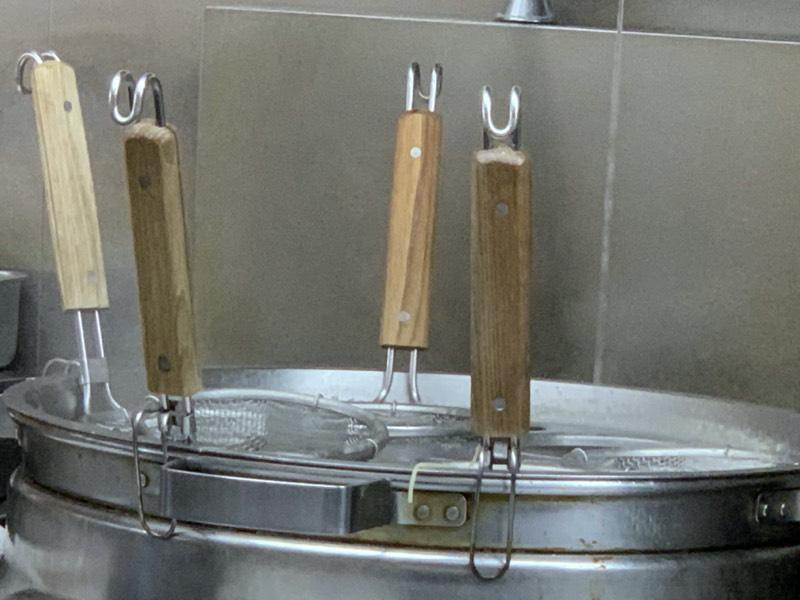 ぐらぐらとたっぷりのお湯で、麺が茹で上がりを待っております